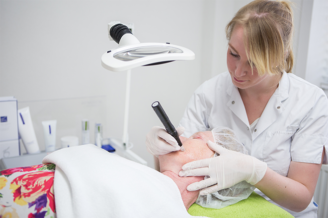 microneedling gezicht voor anti-aging bij huidtherapie groene hart